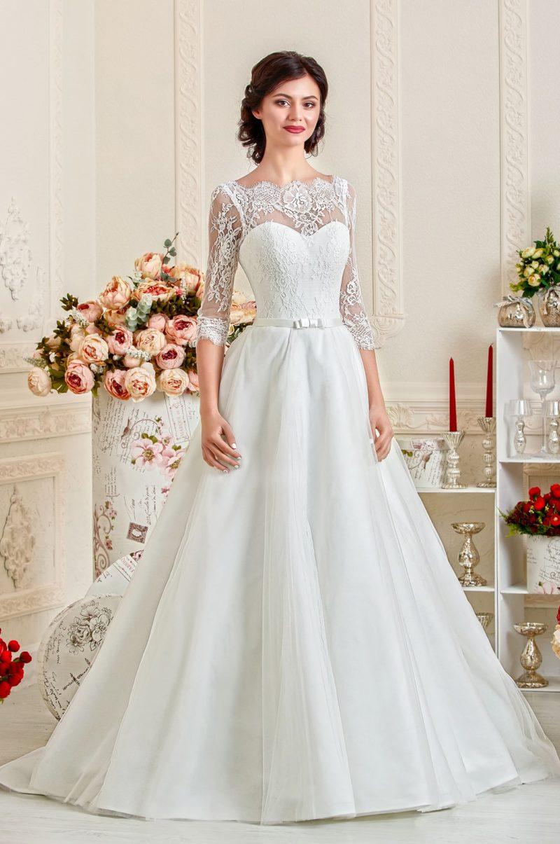 Свадебное платье с облегающими кружевными рукавами и узким атласным поясом.