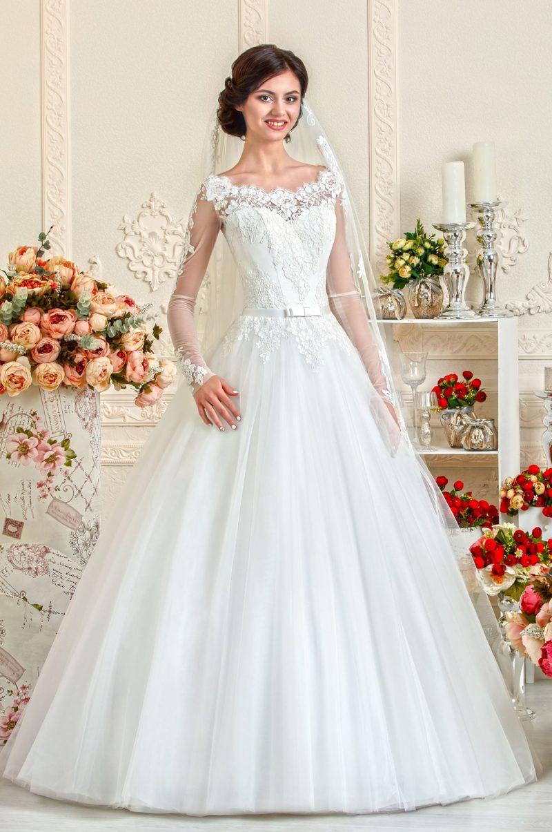 Свадебное платье с фигурным декольте и прозрачными рукавами, а также юбкой А-силуэта.