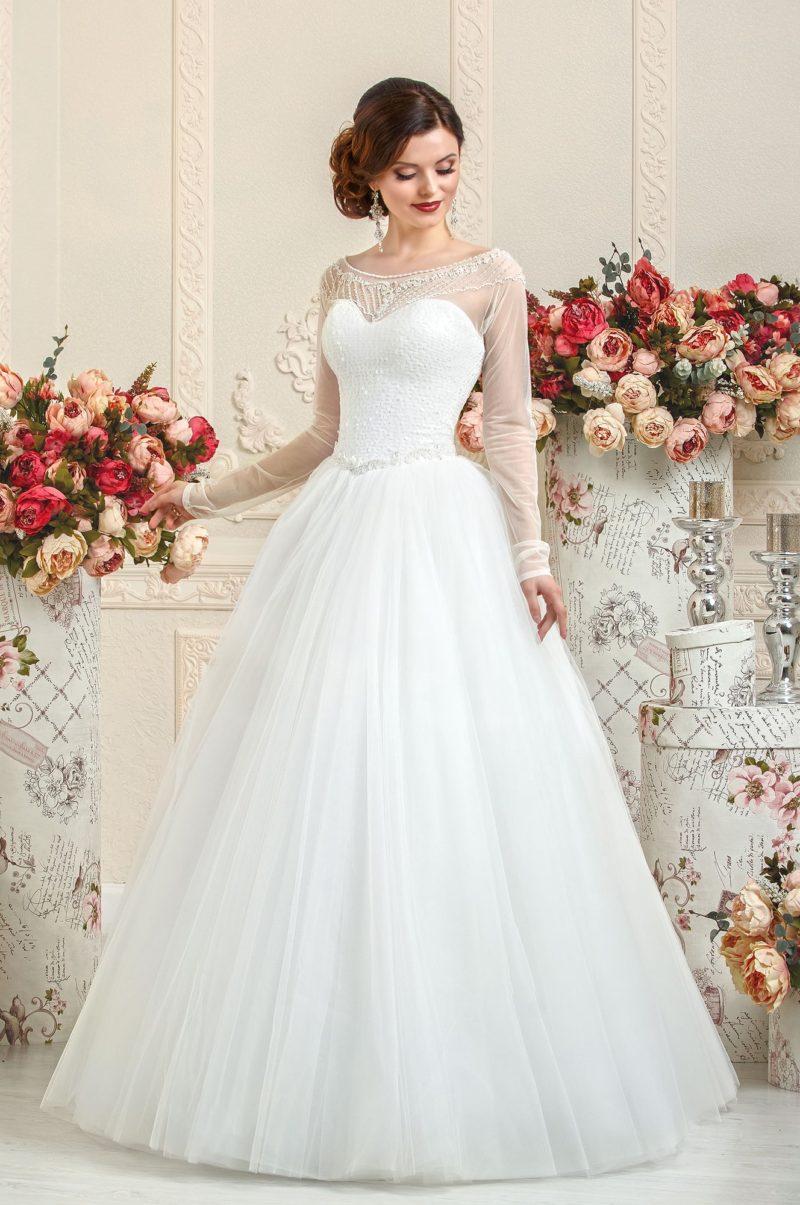 Сдержанное свадебное платье «принцесса» с элегантными полупрозрачными рукавами.