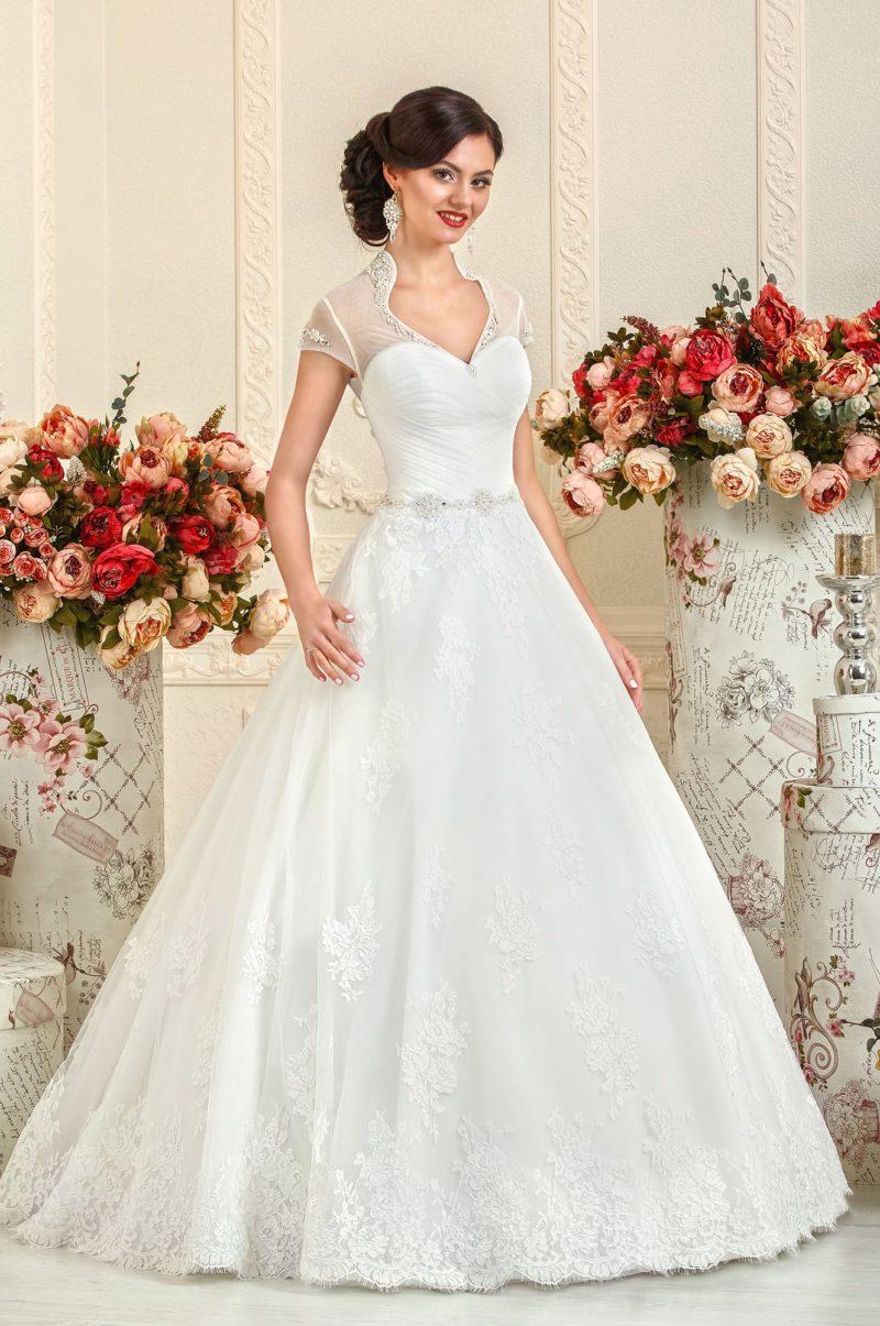 Кружевное свадебное платье с воротником-стойкой и короткими рукавами из тонкой ткани.