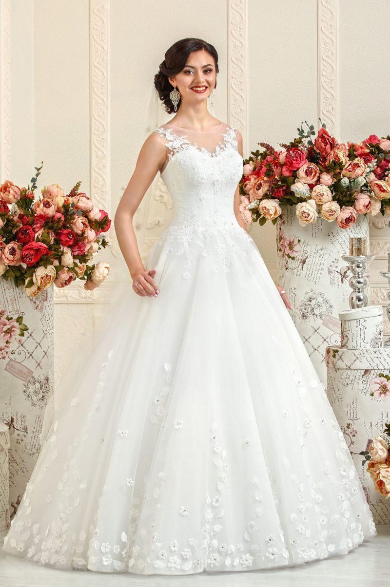 Свадебное платье с кружевной отделкой лифа и аппликациями на пышной юбке.