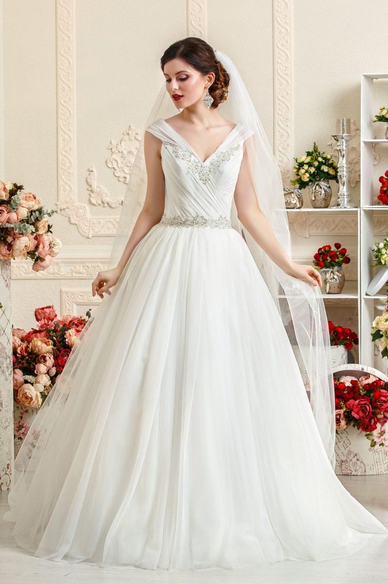 Торжественное свадебное платье с V-образным декольте и отделкой из драпировок по корсету.