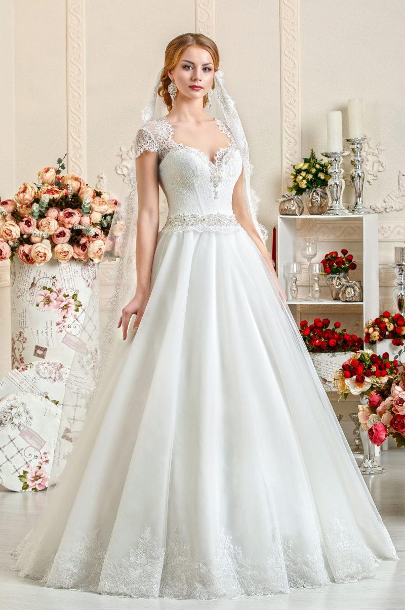 Стильное и женственное свадебное платье с открытым лифом-сердечком и кружевными бретелями.