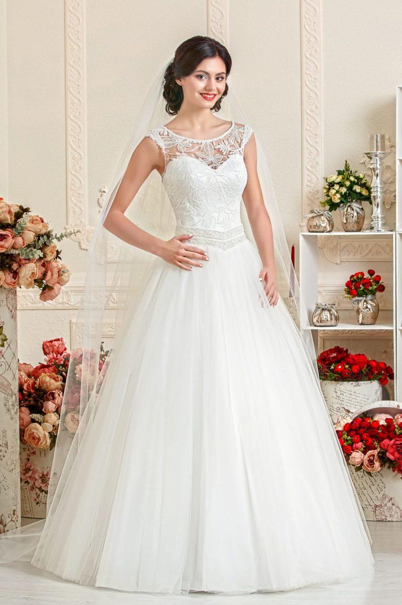 Красивое свадебное платье с открытым корсетом, покрытым кружевной тканью с крупным узором.