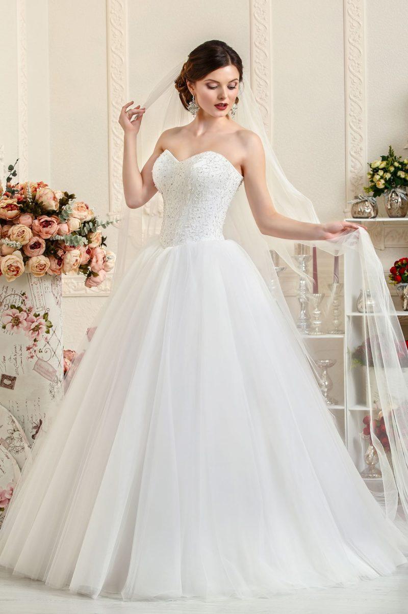 Изысканное свадебное платье с корсетом, украшенным вышивкой, и юбкой со шлейфом.