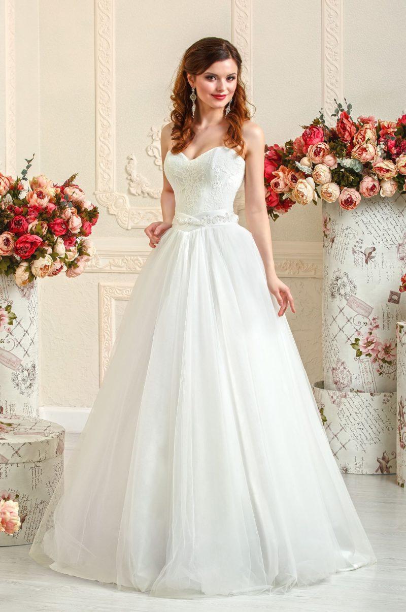 Свадебное платье «принцесса» с лаконичным открытым корсетом, покрытым кружевом.