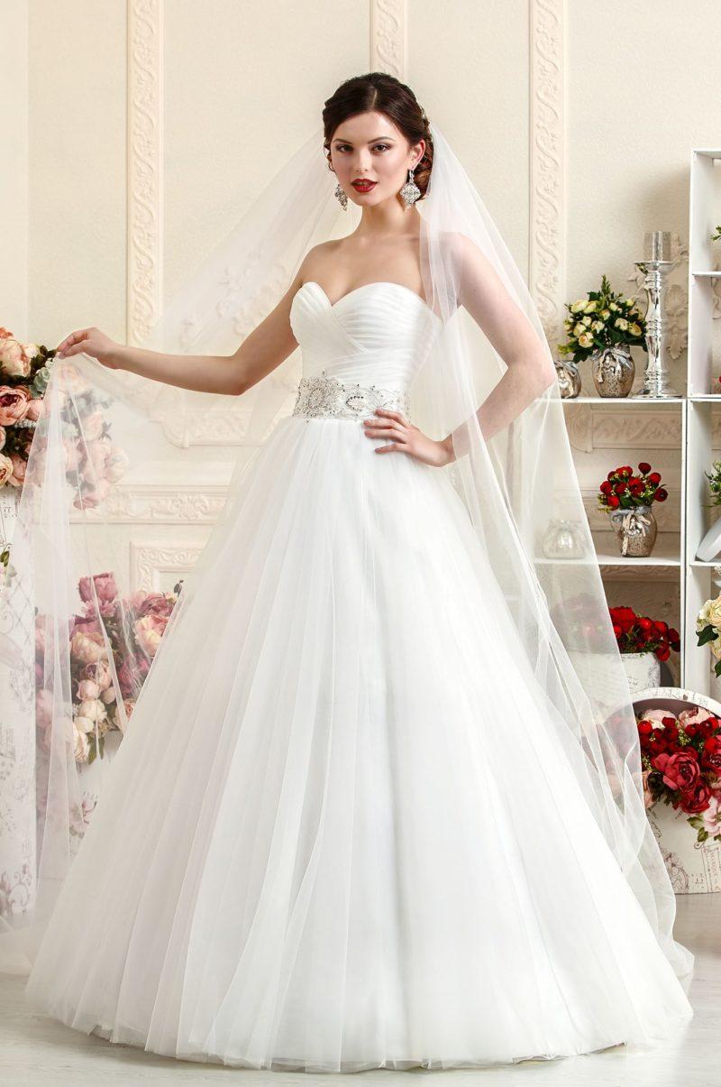 Роскошное свадебное платье, подчеркивающее декольте, с широким поясом с вышивкой.