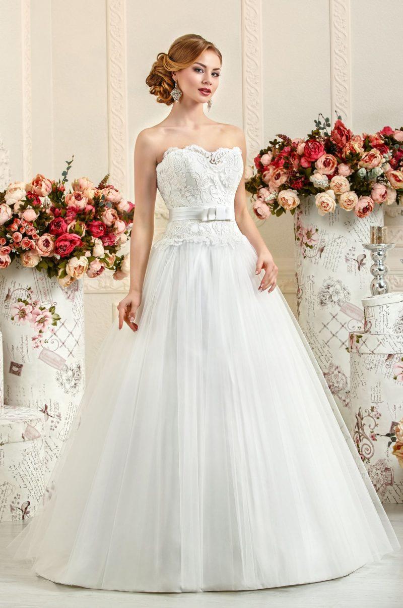 Открытое свадебное платье с кружевным корсетом и объемной многослойной юбкой.