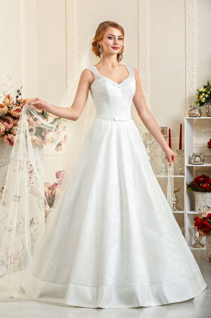 Свадебное платье «трапеция» с широкой полосой атласной отделки по подолу и элегантным верхом.
