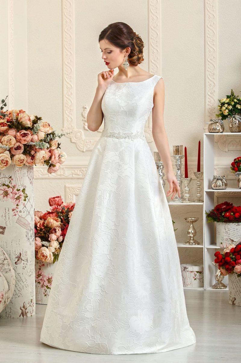 Атласное свадебное платье с округлым декольте и узкими бретелями, а также поясом на талии.
