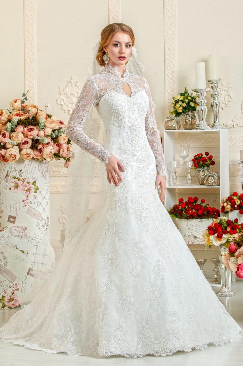 Необычное свадебное платье с кружевным воротником-стойкой и длинным рукавом.
