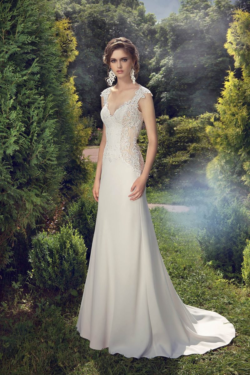 Стильное свадебное платье с кружевом по бокам, которое можно дополнить атласной накидкой.