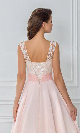 Нежное вечернее платье длины миди с широким поясом и кружевным лифом.