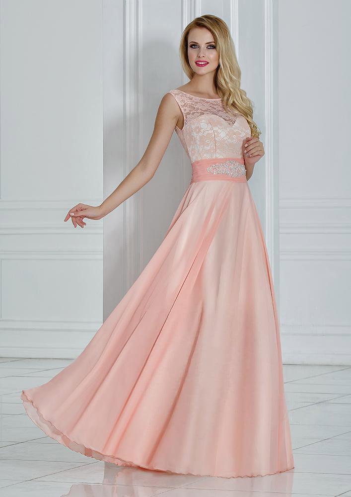 Персиковое вечернее платье с юбкой прямого кроя и широким поясом.