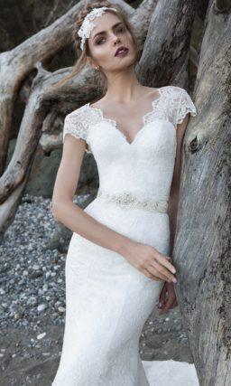 Свадебное платье с V-образным декольте и короткими рукавами, по всей длине покрытое кружевом.