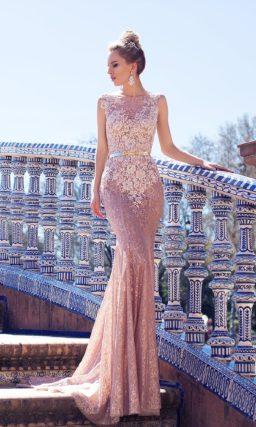 Розовое свадебное платье с соблазнительным кружевным декором и узким поясом на талии.