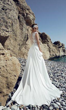 Прямое свадебное платье с полупрозрачным кружевным верхом с вырезом под горло.