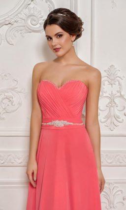 Открытое вечернее платье персикового цвета с бисерным декором края лифа.