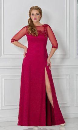 Эффектное вечернее платье с вырезом на прямой юбке и полупрозрачными рукавами.