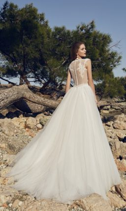 Пышное свадебное платье с нежным корсетом на бежевой подкладке с белым кружевом поверх.