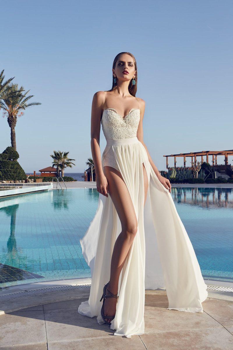 Эксцентричное свадебное платье с основой в виде купальника и полупрозрачной верхней юбкой.