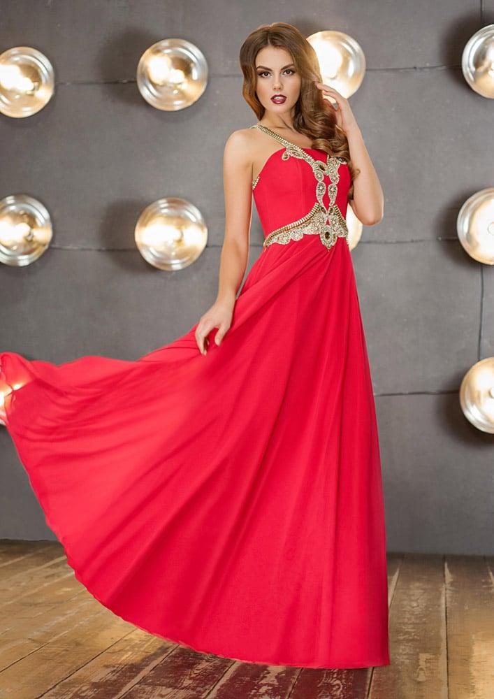 Прямое вечернее платье алого цвета с роскошной золотой отделкой по корсету.