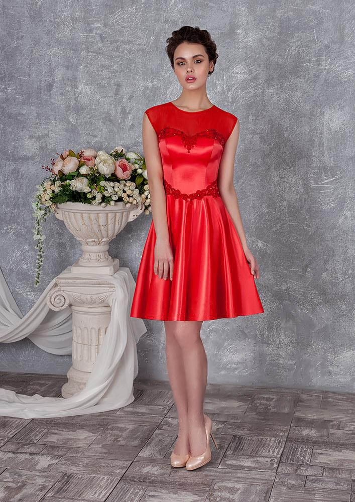 Закрытое вечернее платье с короткой атласной юбкой и круглым вырезом.