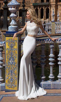 Смелое свадебное платье с укороченным топом и облегающей юбкой со шлейфом.