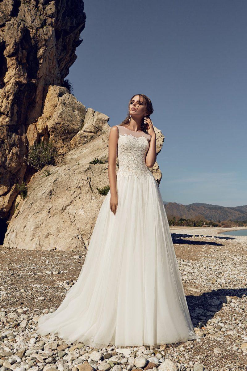 Свадебное платье с кружевным корсетом, глубоким вырезом сзади и юбкой А-кроя.