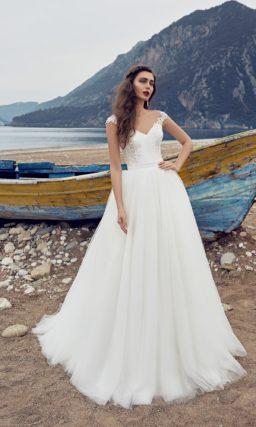 Свадебное платье «рыбка», декорированное кружевом по бокам корсета и над лифом.