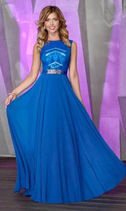 Вечернее платье с тонкой вставкой на лифе и блестящим декором.