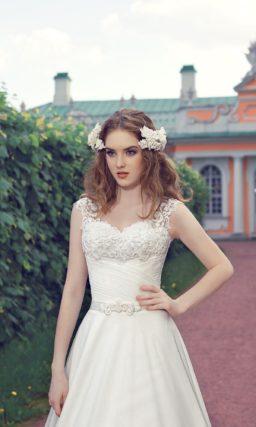 Свадебное платье с V-образным декольте, созданным кружевными бретелями, и роскошной юбкой.