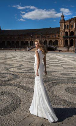 Прямое свадебное платье с закрытым лифом, элегантно украшенным вышивкой.