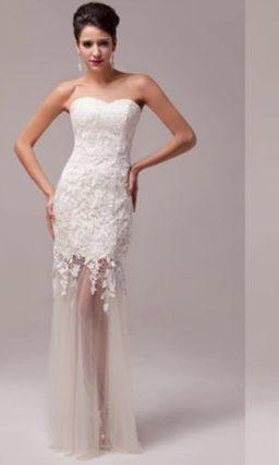 Эффектное свадебное платье прямого кроя с полупрозрачной юбкой.