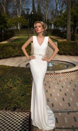 Атласное свадебное платье облегающего кроя с V-образным вырезом декольте и широкими бретелями.