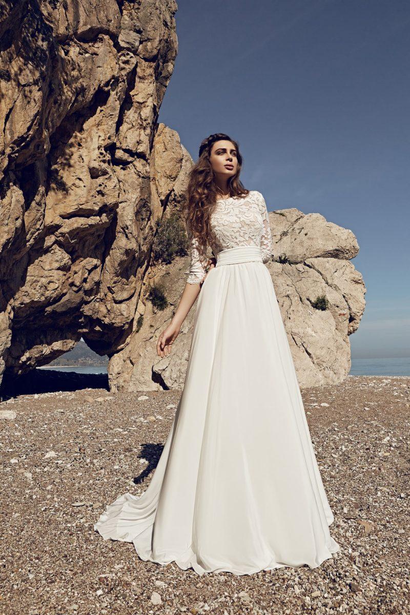 Свадебное платье «принцесса» с закрытым кружевным лифом и глубоким вырезом на спине.