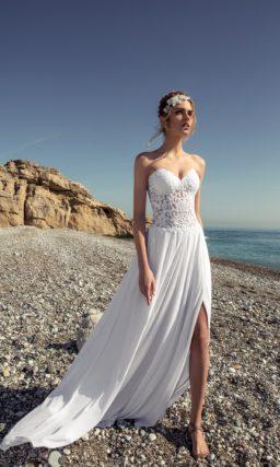 Свадебное платье «колонна» с кружевным корсетом и смелым разрезом сбоку по подолу.