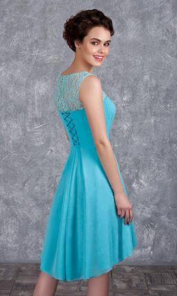 Короткое вечернее платье голубого цвета с кружевной вставкой над лифом.