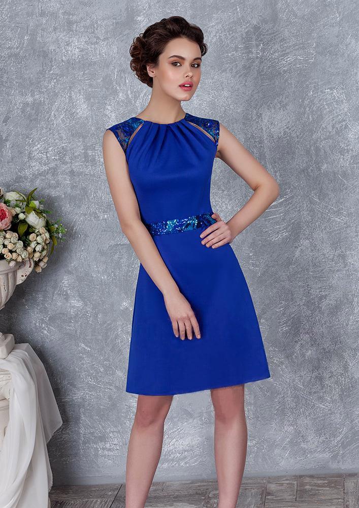 Короткое вечернее платье с юбкой А-силуэта и оригинальным закрытым верхом.