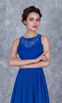Прямое вечернее платье голубого цвета с округлым вырезом и аппликациями на лифе.