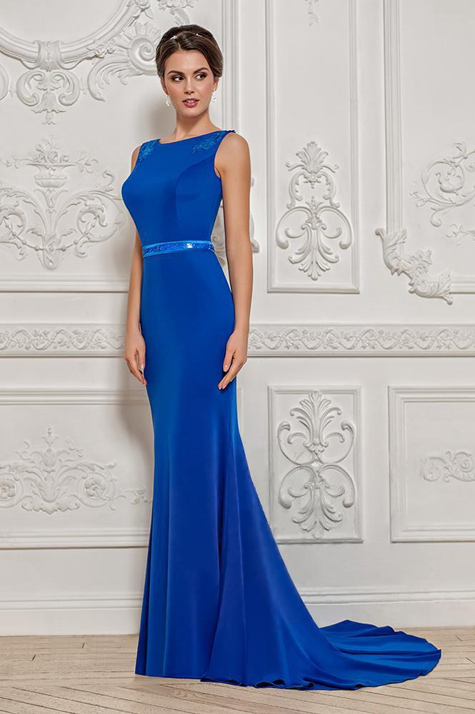 Синее вечернее платье с длинным шлейфом и кружевной вставкой на спинке.