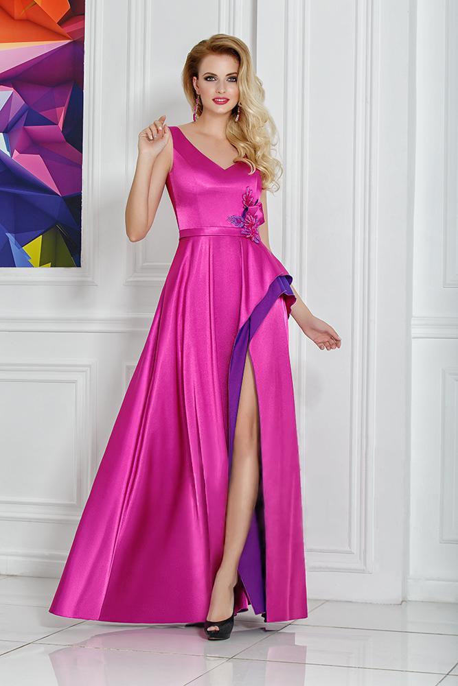 Розовое вечернее платье из глянцевой атласной ткани, с V-образным вырезом.