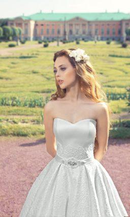 Фактурное свадебное платье в роскошном стиле с поясом на талии и лифом в форме сердечка.