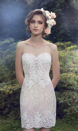 Стильное свадебное платье с тонкой верхней юбкой и открытым лифом в форме сердца.