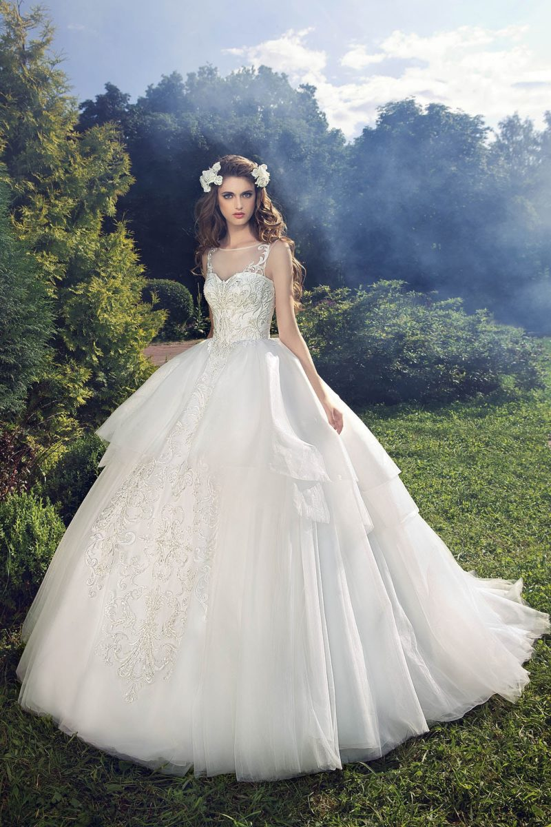 Сказочно пышное свадебное платье с украшенным вышивкой корсетом с тонкой вставкой над лифом.