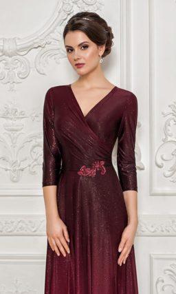 Сияющее вечернее платье прямого кроя с элегантным рукавом три четверти.