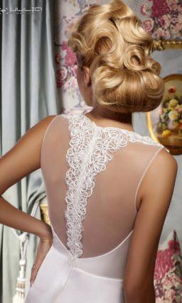 Прямое свадебное платье с широкими кружевными бретелями и разрезом по подолу.