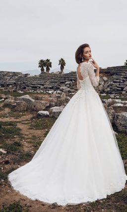 Торжественное свадебное платье с элегантным вырезом и кружевными рукавами.