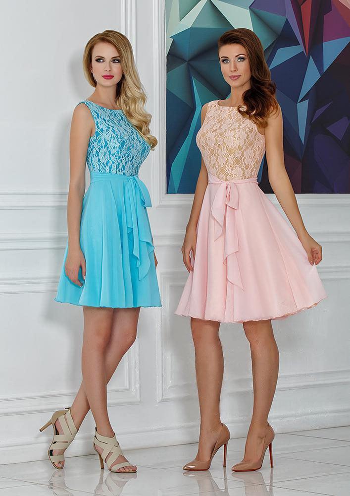Кружевное вечернее платье с многослойной юбкой длиной до колена.