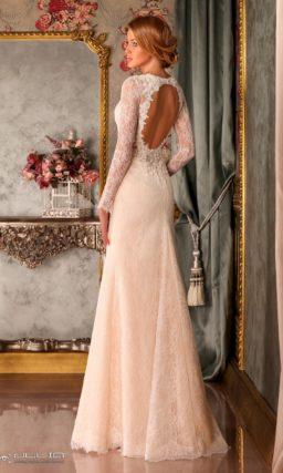 Свадебное платье персикового оттенка с длинным полупрозрачным рукавом.